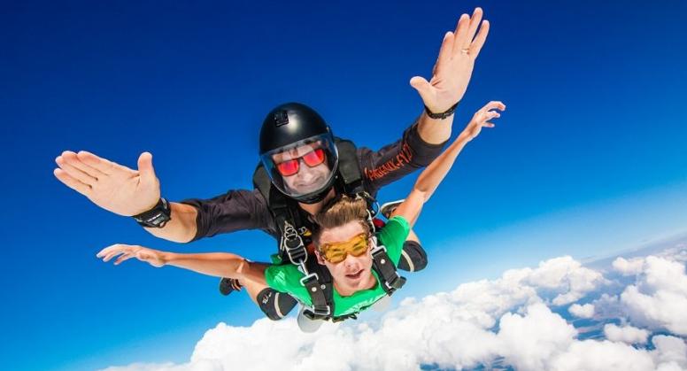 Прыжок с парашута: подарок другу на День рождения