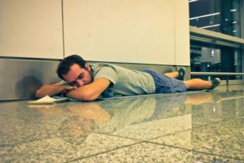 9 преимуществ лежания на полу